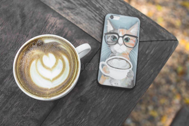 Arte quente do latte do chá verde na tabela de madeira foto de stock