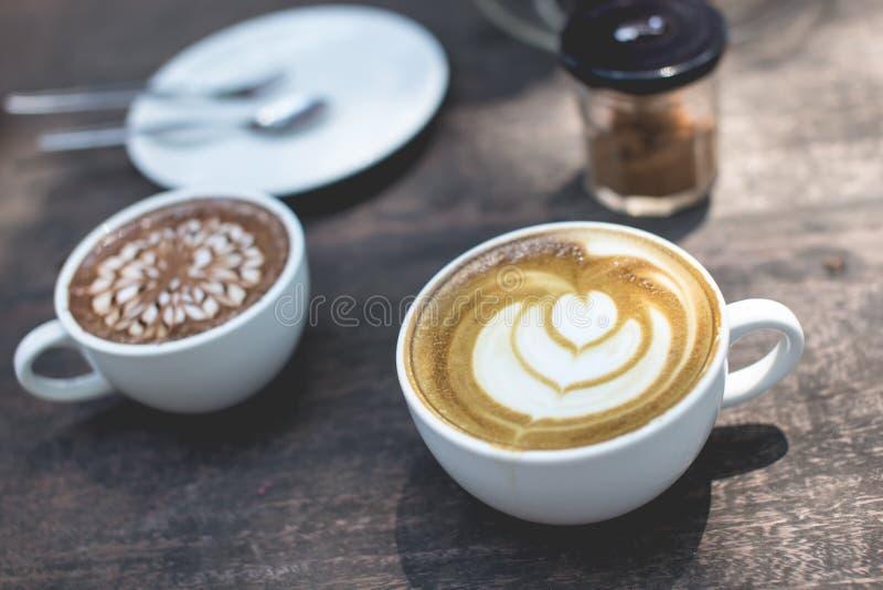 Arte quente do latte do chá verde e chocolate quente no de madeira imagem de stock
