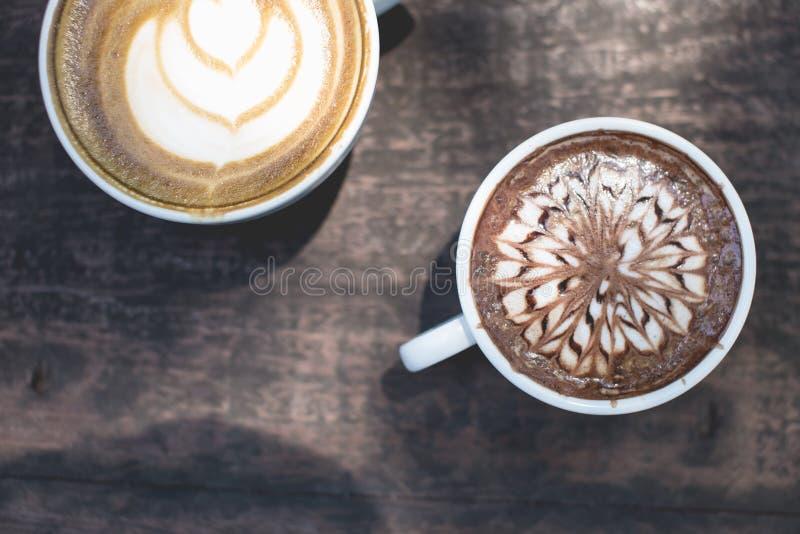 Arte quente do latte do chá verde e chocolate quente no de madeira imagens de stock royalty free