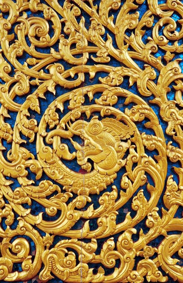 Arte tailandés de las tallas en el templo de la puerta imagenes de archivo