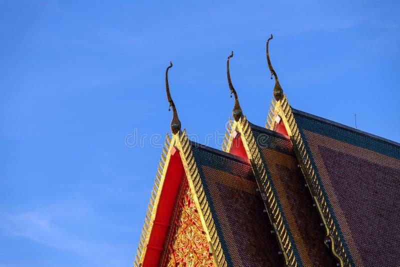Arte tailandés del estilo en el tejado en el templo, Tailandia foto de archivo libre de regalías