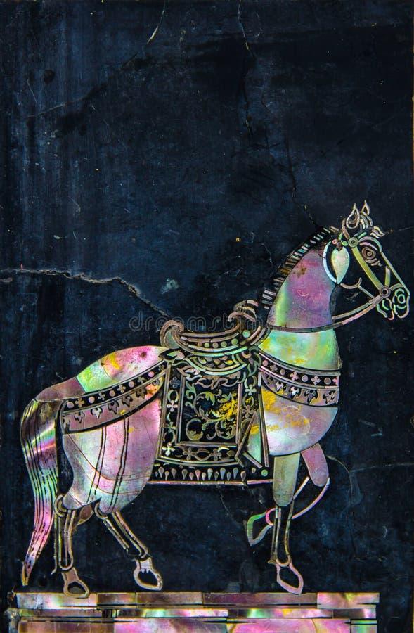Arte tailandesa do cavalo feita pela pérola na parede do granito foto de stock royalty free