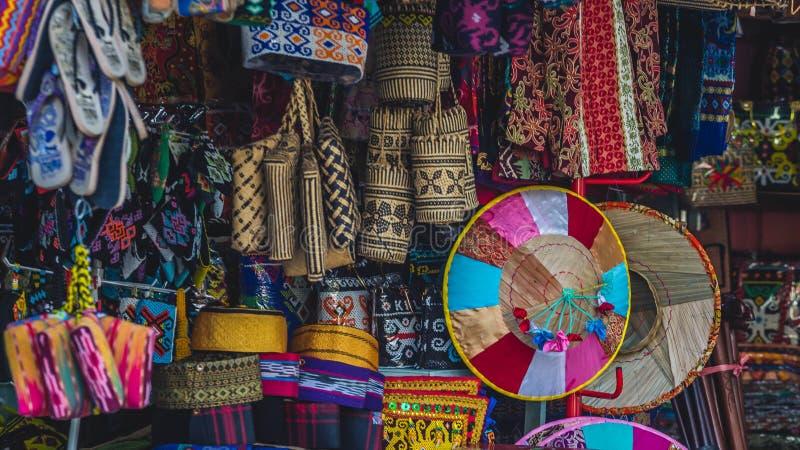 Arte tradicional/tienda de souvenirs en Samarinda, Indonesia imágenes de archivo libres de regalías