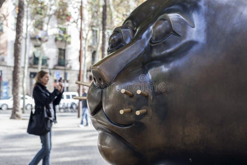 Arte urbana, ` de Gato do ` da escultura, por Fernando Botero Localizado em Rambla del Raval, velinos distrito de Ciutat, Barcelo imagem de stock