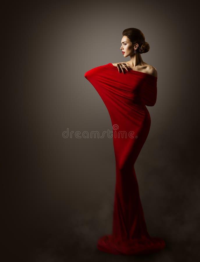 Arte vermelha do vestido da forma da mulher, Posing modelo elegante, vestido longo imagens de stock