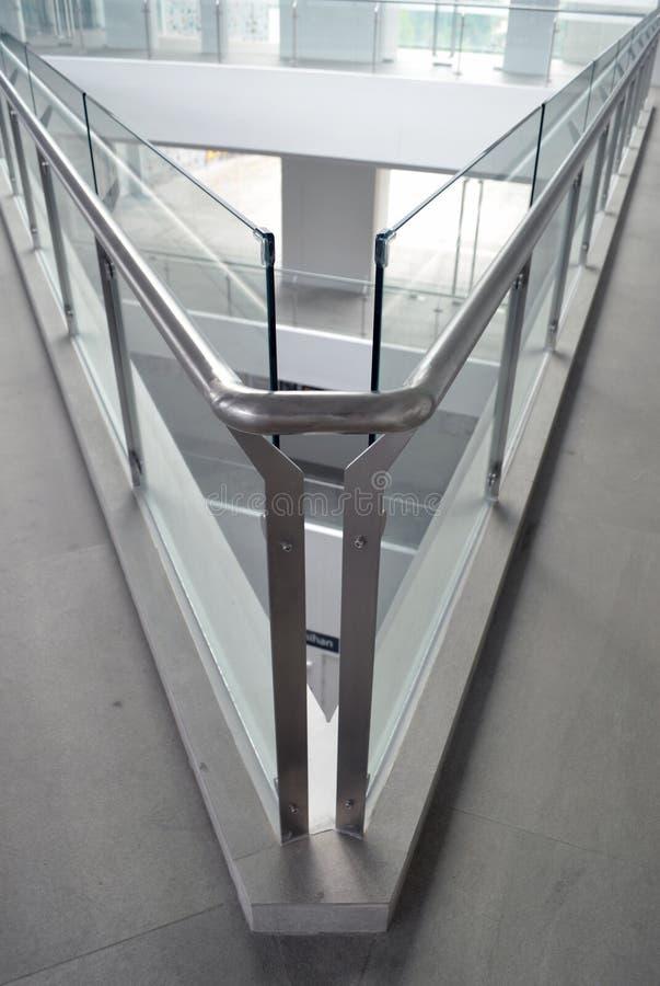 Arte vertical das superfícies de vidro formando um ângulo agudo num edifício moderno imagem de stock