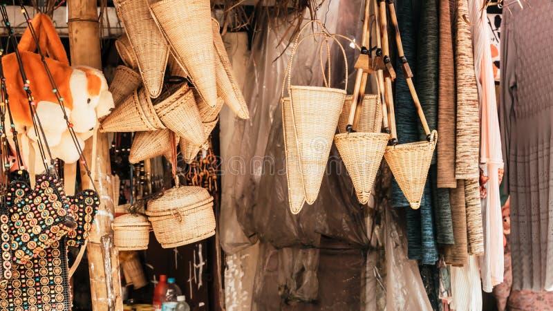 Arte y artes de las artesanías de Meghalaya hechos con los productos del bastón y de bambú Trabajo de bambú del bastón, taburetes imagen de archivo libre de regalías