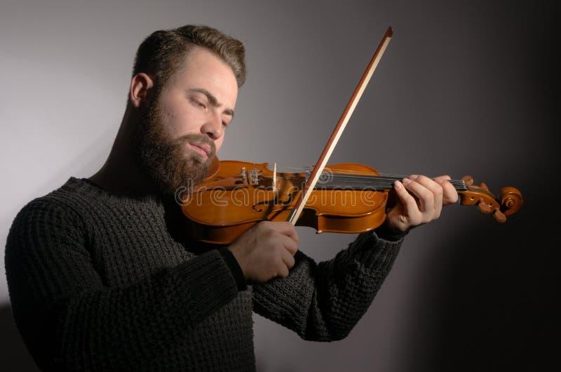 Arte y fiddler emocional del violinista del hombre de Young del artista que juega v imagenes de archivo