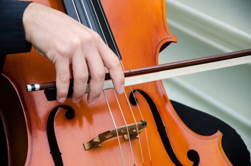 Arte y violinista elegante del hombre de Young del artista que toca el violín en negro Música clásica imagenes de archivo