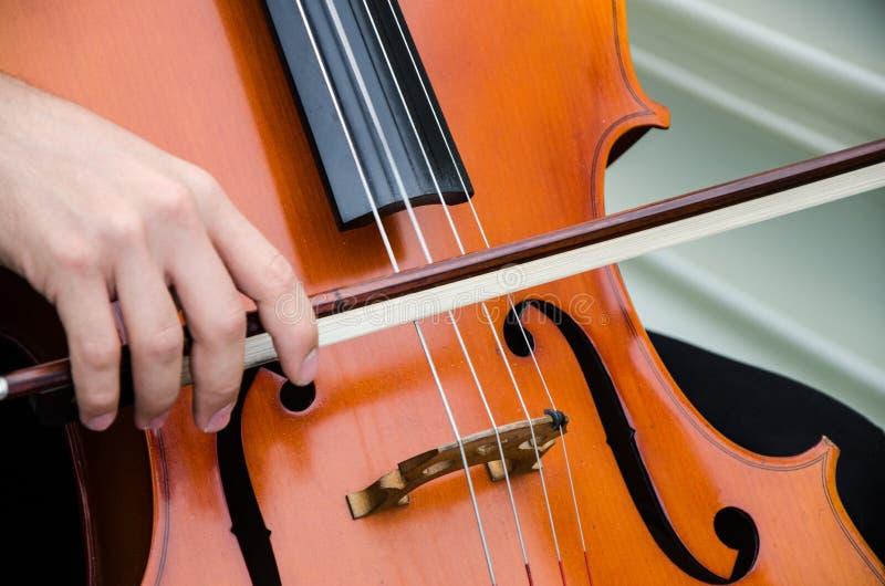 Arte y violinista elegante del hombre de Young del artista que toca el violín en negro Música clásica imagen de archivo