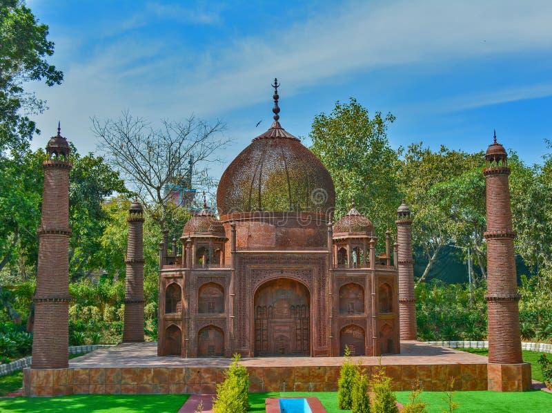 Artefact van Taj Mahal met automobiel afval in een tuin royalty-vrije stock fotografie