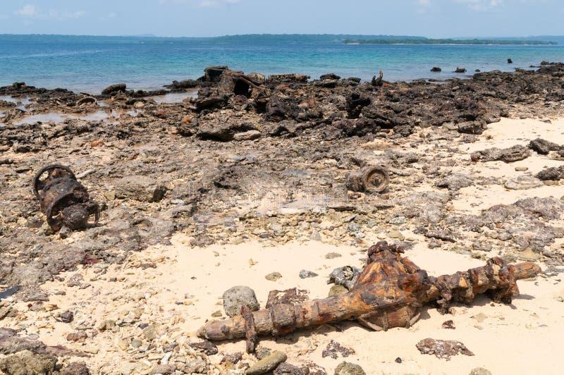 Artefacten en schipbreuk op strand op Miljoen dollarpunt, Luganville, Vanuatu royalty-vrije stock foto