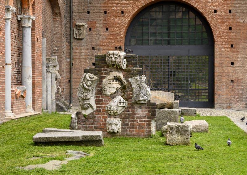 Artefactos antiguos dentro del castillo de Sforza en Milán, Italia fotografía de archivo libre de regalías