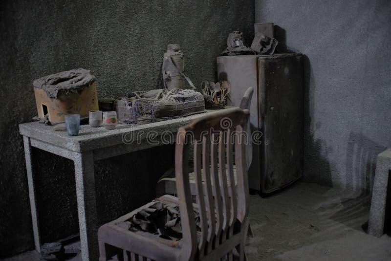 Artefactos de los aparatos electrodomésticos tales como tablas, sillas, refrigeradores, en una casa de las víctimas de la erupció imagen de archivo libre de regalías