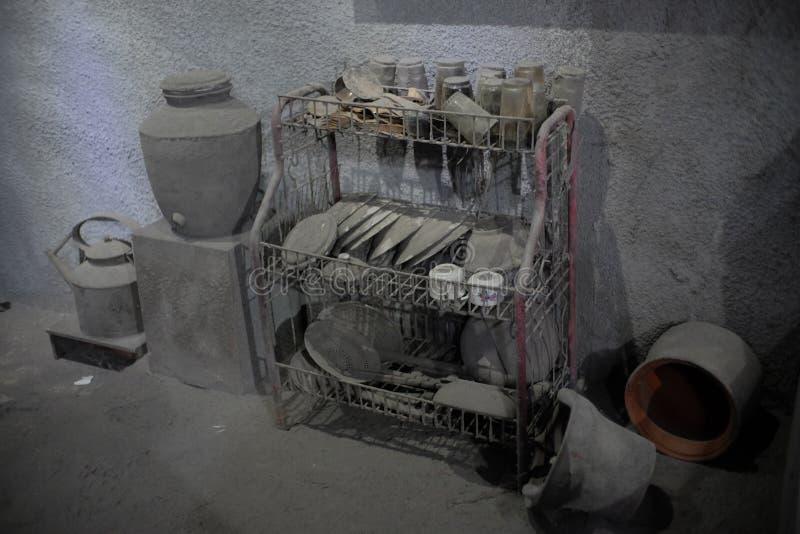 Artefactos de los aparatos electrodomésticos tales como vidrio, placas, en una casa de las víctimas de la erupción de Merapi imagen de archivo libre de regalías