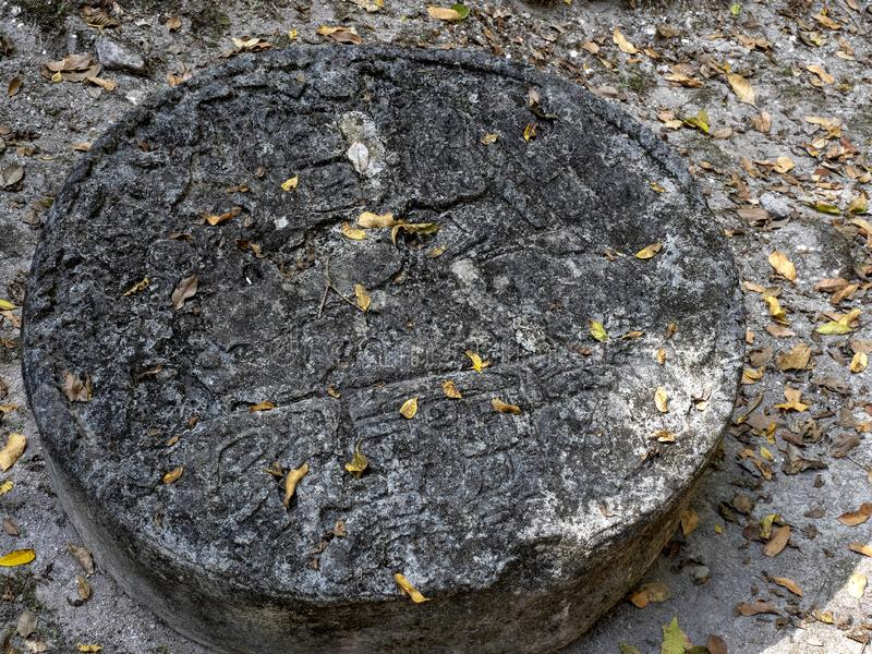 Artefactos de piedra en la ciudad maya más significativa de la nación del parque de Tikal, Guatemala foto de archivo libre de regalías