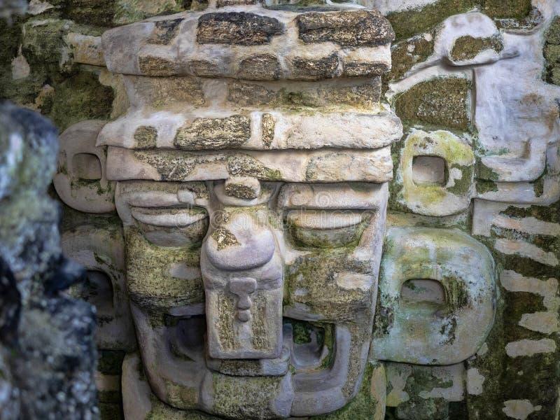 Artefactos de piedra de la ciudad maya más significativa de Maya Nation del parque de Tikal, Guatemala foto de archivo libre de regalías