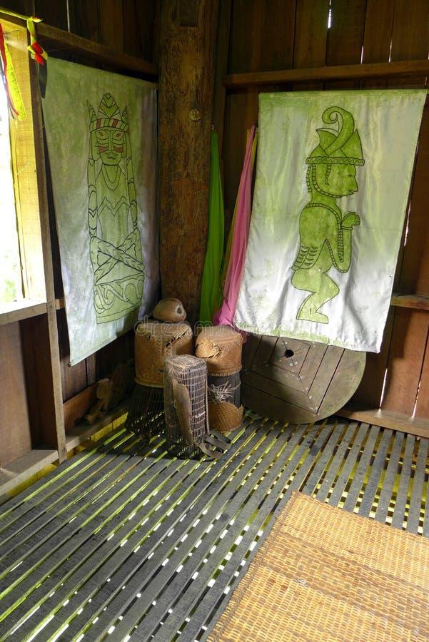 Artefactos dentro de la casa tribal de Borneo fotografía de archivo libre de regalías