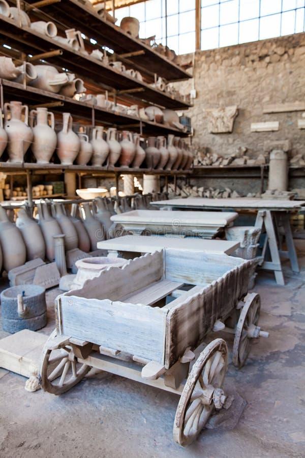 Artefactos en el granero del foro de la ciudad antigua de Pompeya imágenes de archivo libres de regalías