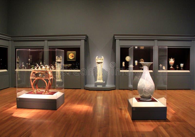 Artefactos impresionantes embalados en el vidrio, Cleveland Art Museum, Ohio, 2016 fotografía de archivo