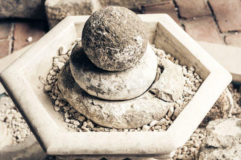 Artefactos y fragmentos de una estatua en un museo Castello Normanno Museo Civico en el castillo Acicastello en Acitrezza, Catani imágenes de archivo libres de regalías