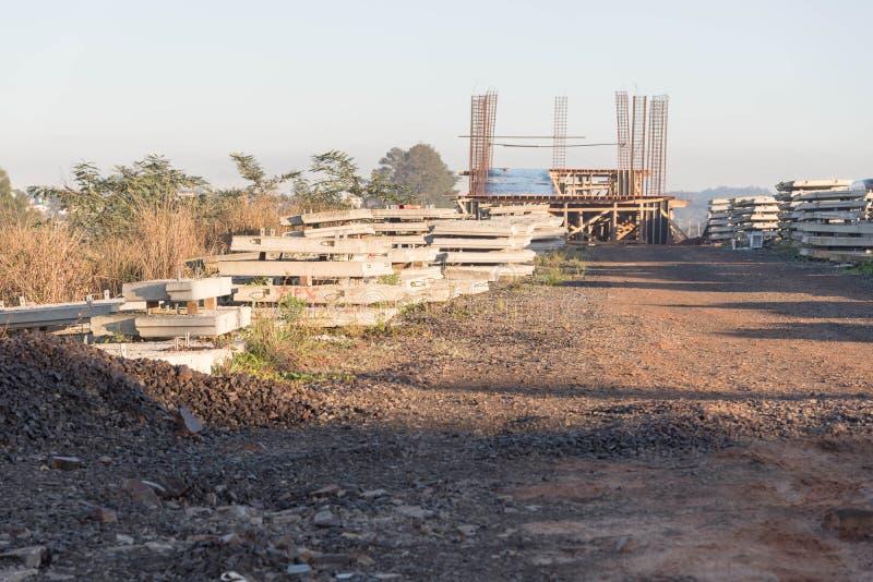 Artefacts en ciment pour la construction de viaducs 02 photographie stock