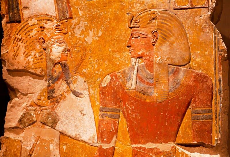 Artefakt von altem Ägypten - Entlastung des Pharaos Seti I vor dem Gott Osiris lizenzfreie stockfotos