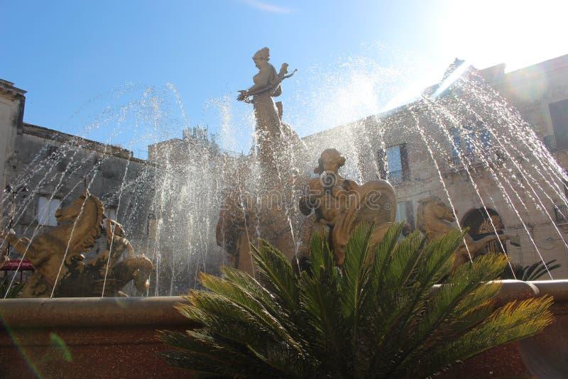 Artemide` s fontein in Siracuse stock afbeeldingen
