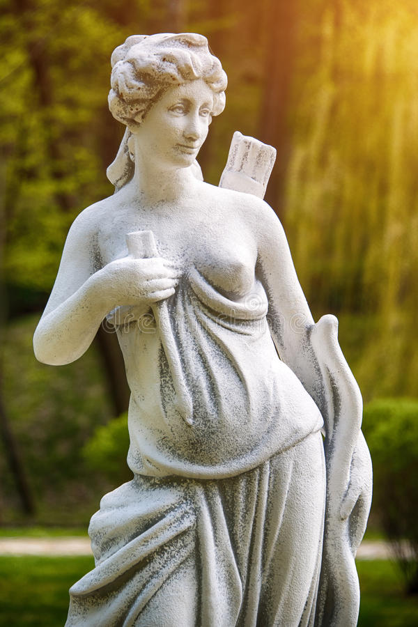 Artemis雕塑 一位女性猎人的雕象与弓箭的 库存照片