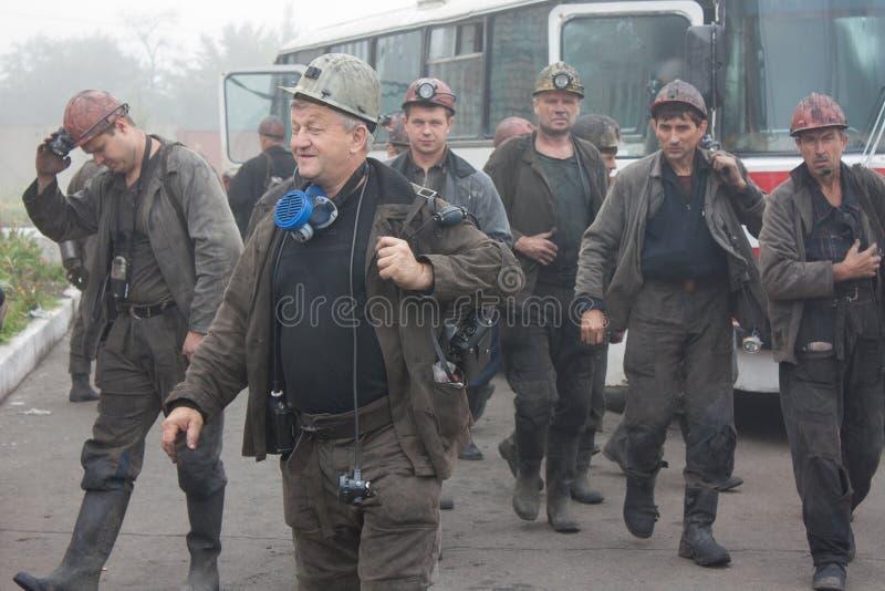 Artemovsk, Ucraina - 6 agosto 2013: Camma di Artem di nome della miniera dei minatori fotografie stock libere da diritti