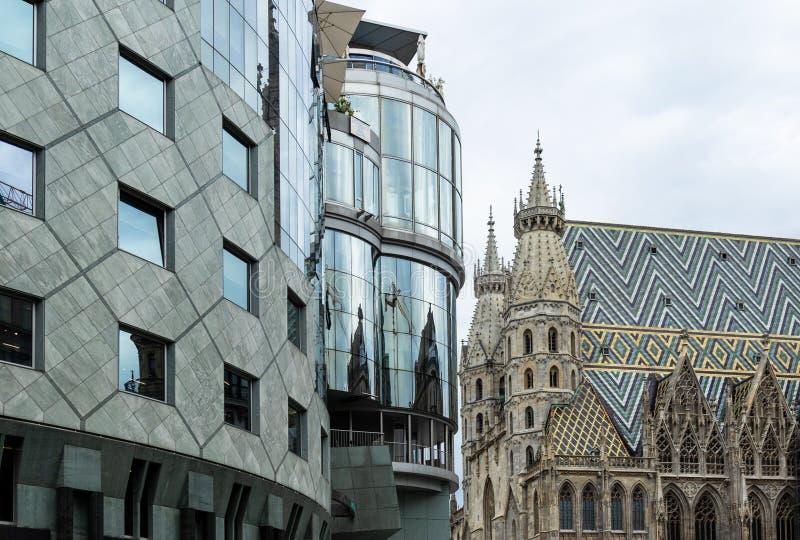 Arten, Romanik, Reflexion der Kathedrale in einer modernen errichtenden gotischen Architektur und Avantgarde der Architektur in m stockbilder