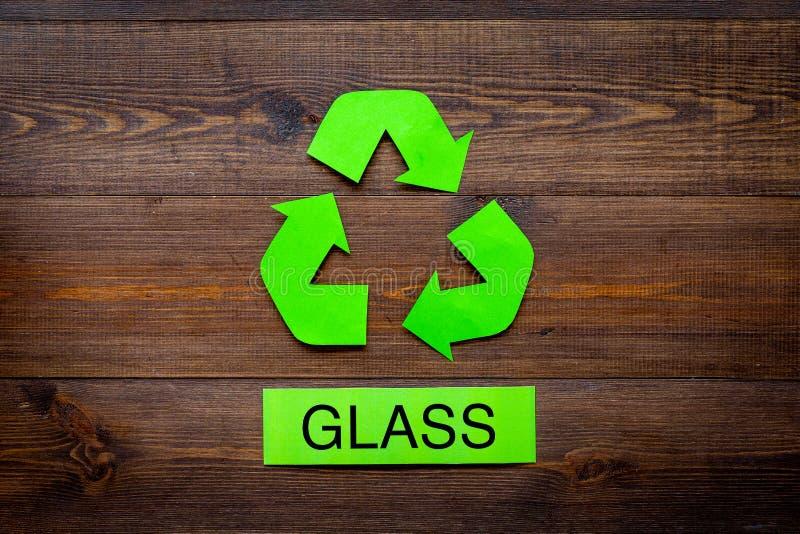 Arten von matherial für reycle und Wiederverwendung Druckwort nahes eco Glassymbol bereiten Pfeile auf die dunkle hölzerne Hinter stockfotografie