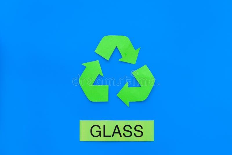 Arten von matherial für reycle und Wiederverwendung Druckwort nahes eco Glassymbol bereiten Pfeile auf Draufsicht des blauen Hint lizenzfreies stockfoto