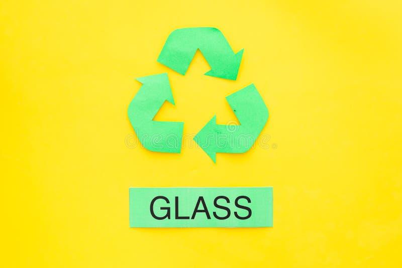 Arten von matherial für reycle und Wiederverwendung Druckwort nahes eco Glassymbol bereiten Pfeile auf Draufsicht des gelben Hint lizenzfreies stockbild
