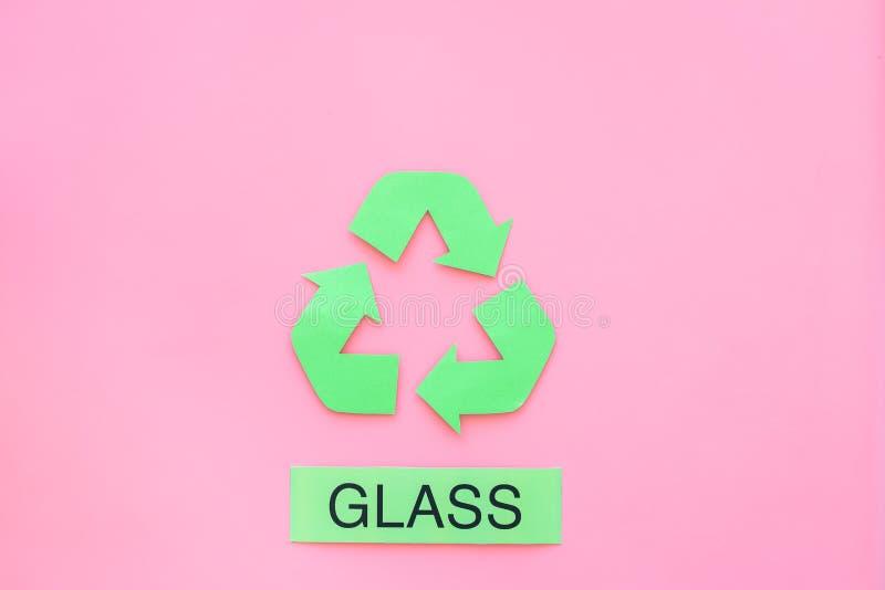 Arten von matherial für reycle und Wiederverwendung Druckwort nahes eco Glassymbol bereiten Pfeile auf Draufsicht des rosa Hinter lizenzfreie stockfotos