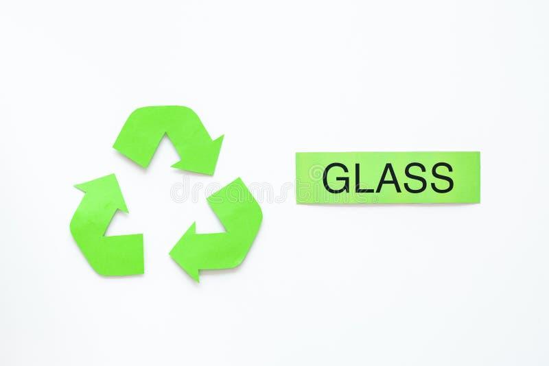 Arten von matherial für reycle und Wiederverwendung Druckwort nahes eco Glassymbol bereiten Pfeile auf Draufsicht des weißen Hint lizenzfreie stockfotografie