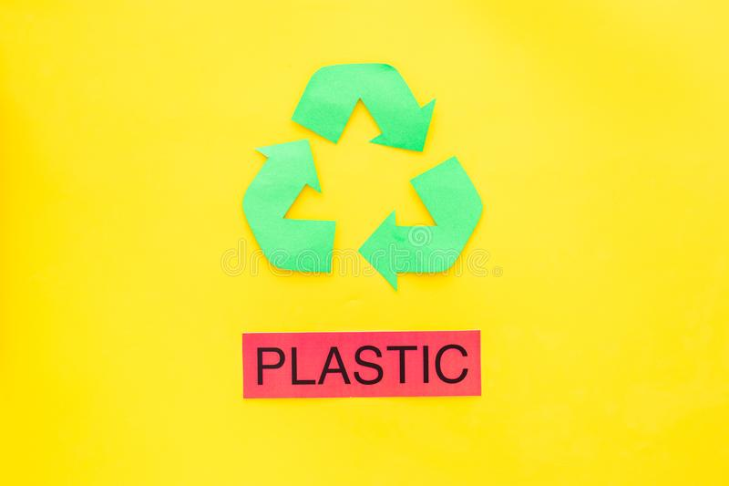 Arten von matherial für reycle und Wiederverwendung Druckwort nahes eco Plastiksymbol bereiten Pfeile auf die gelbe Hintergrundob lizenzfreie stockbilder