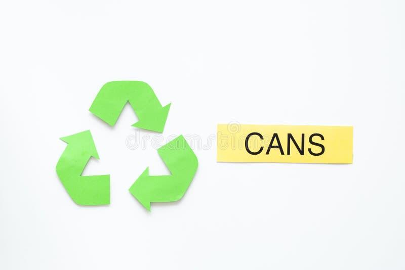 Arten von matherial für reycle und Wiederverwendung Druckwortdosen nahe eco Symbol bereiten Pfeile auf Draufsicht des weißen Hint lizenzfreies stockbild