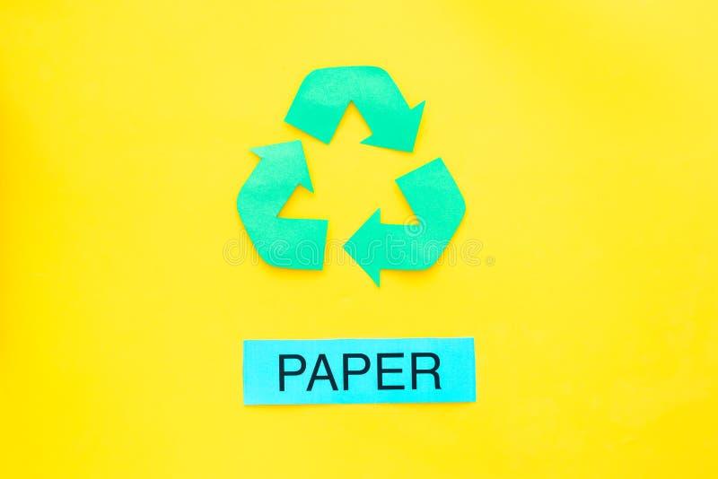 Arten von matherial für reycle und Wiederverwendung Druckwortpapier nahe eco Symbol bereiten Pfeile auf Draufsicht des gelben Hin stockfoto