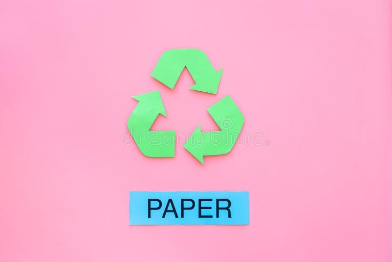 Arten von matherial für reycle und Wiederverwendung Druckwortpapier nahe eco Symbol bereiten Pfeile auf Draufsicht des rosa Hinte stockfotografie