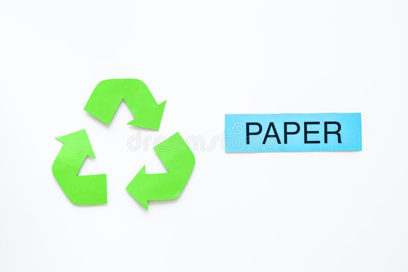 Arten von matherial für reycle und Wiederverwendung Druckwortpapier nahe eco Symbol bereiten Pfeile auf Draufsicht des weißen Hin stockfotos