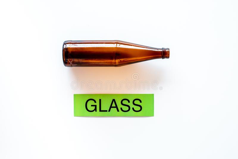 Arten von matherial für reycle und Wiederverwendung Glasflasche nahe druckte Wortglas auf weißem Draufsichtraum des Hintergrundes stockbild