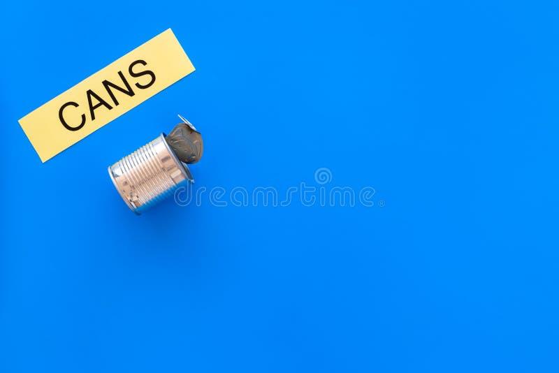 Arten von matherial für reycle und Wiederverwendung Metall kann sich Druckwortdosen auf blauem Draufsicht-Kopienraum des Hintergr stockbilder