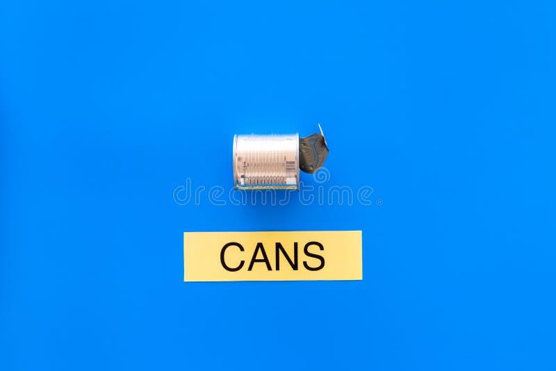 Arten von matherial für reycle und Wiederverwendung Metall kann sich Druckwortdosen auf blauem Draufsicht-Kopienraum des Hintergr stockfoto
