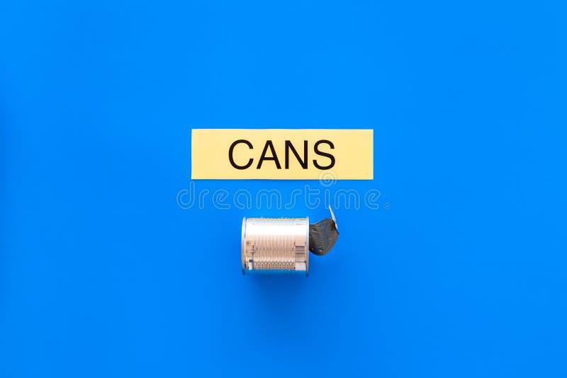 Arten von matherial für reycle und Wiederverwendung Metall kann sich Druckwortdosen auf blauem Draufsicht-Kopienraum des Hintergr lizenzfreie stockfotografie
