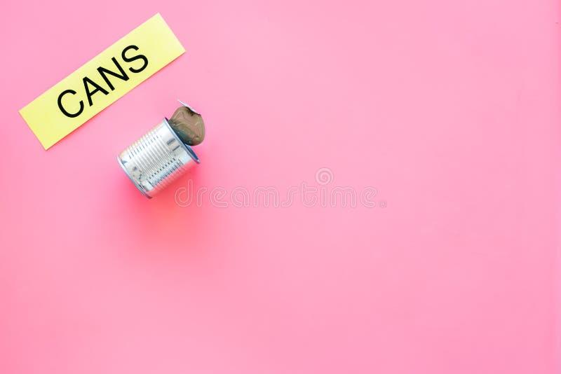 Arten von matherial für reycle und Wiederverwendung Metall kann sich Druckwortdosen auf rosa Draufsicht-Kopienraum des Hintergrun stockfoto