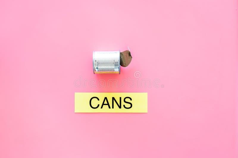 Arten von matherial für reycle und Wiederverwendung Metall kann sich Druckwortdosen auf rosa Draufsicht-Kopienraum des Hintergrun stockfotografie