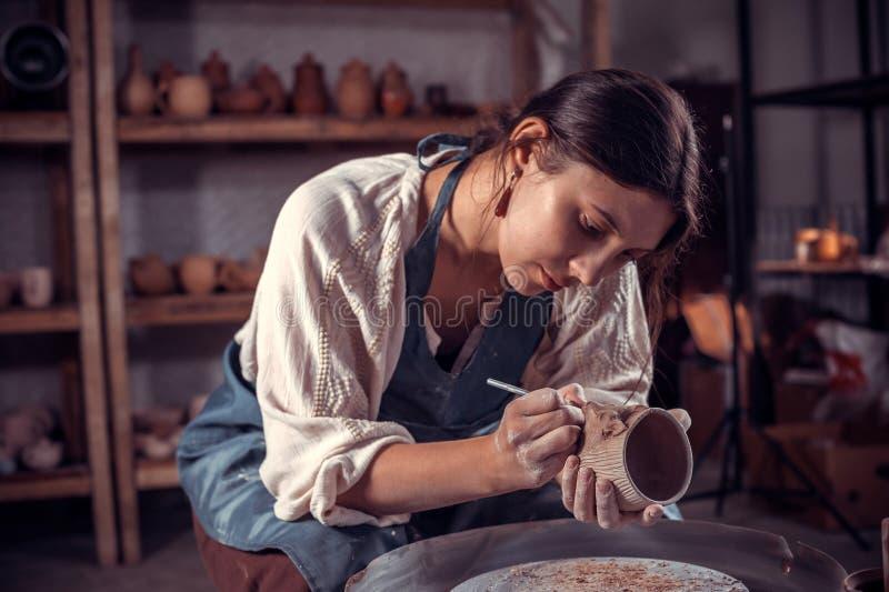 Artesão à moda que trabalha com cerâmica na oficina cerâmica Produtos feitos a m?o fotos de stock royalty free