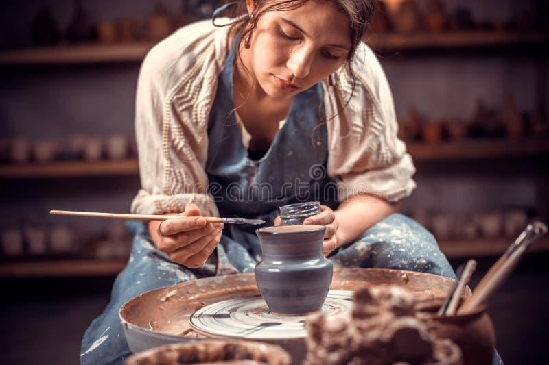 Artesão bonito que molda um vaso da argila em uma roda de oleiro Oficina da cer?mica fotografia de stock royalty free
