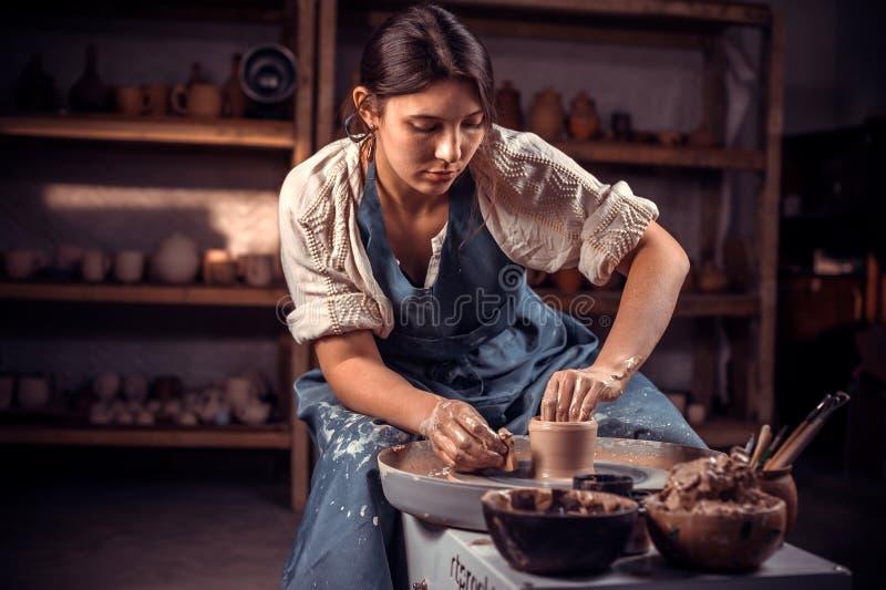 Artesão de encantamento que aprecia a arte da cerâmica e o processo de produção Fazendo pratos cer?micos fotografia de stock